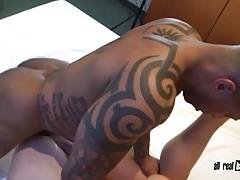 Tattoo Bodybuilder fucks Twink